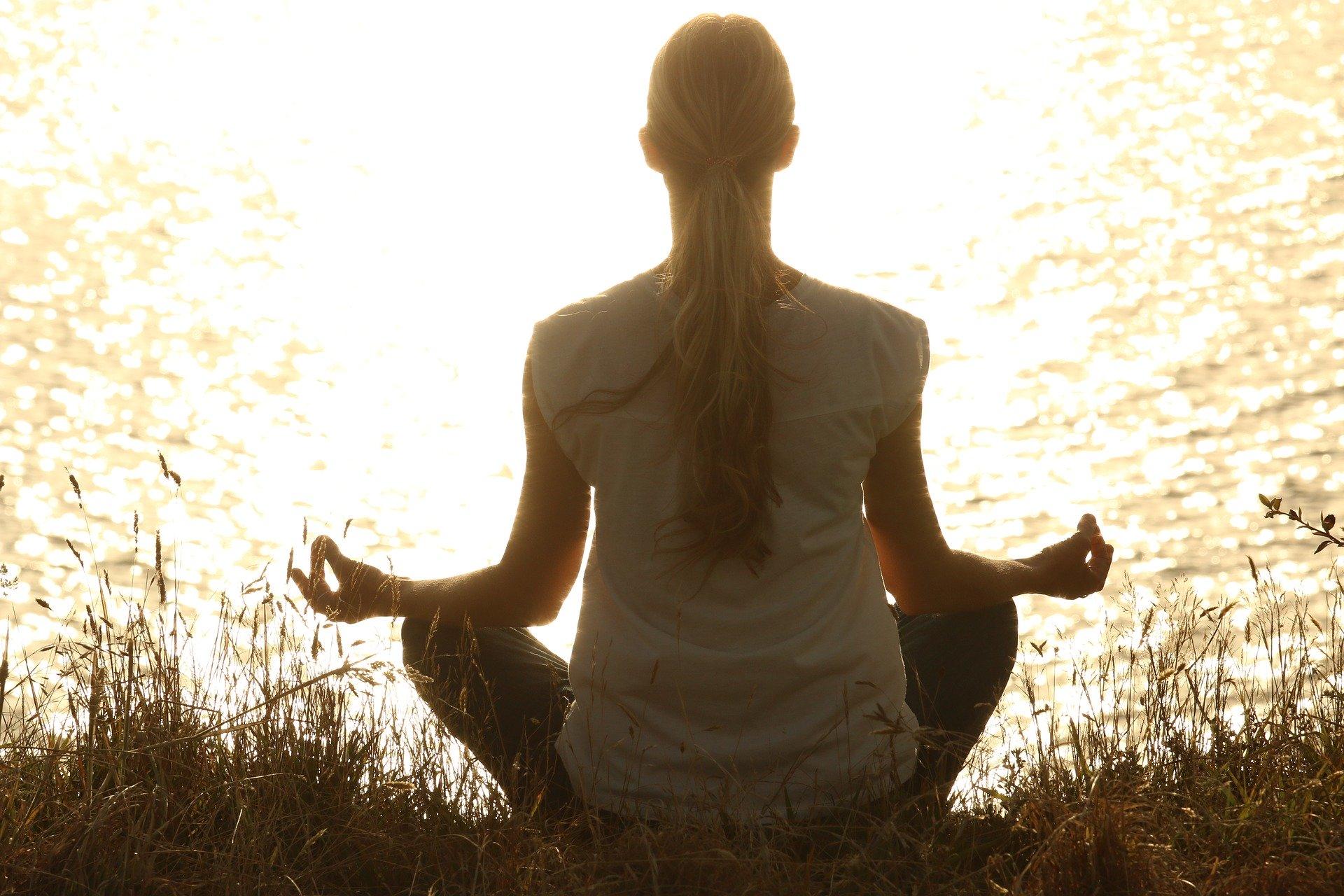 kvinde meditation vand