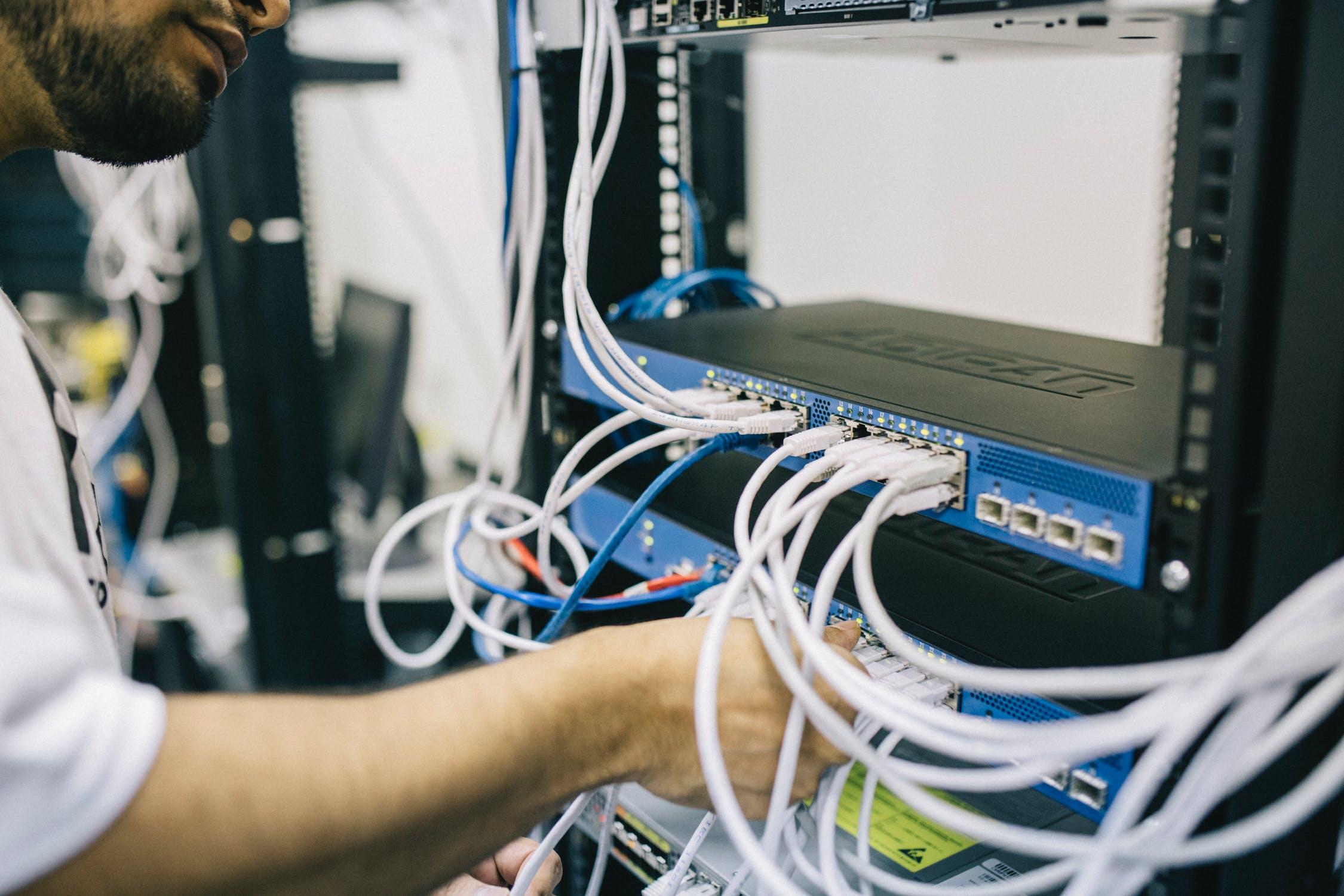 Servere med en masse kabler
